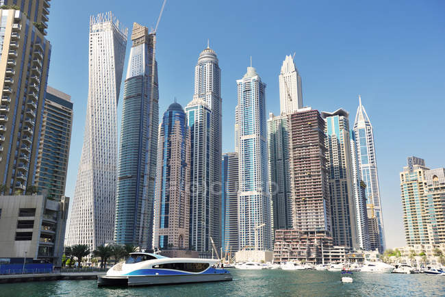 Dubai, United Arab Emirates - Oct 6, 2016: Futuristic buildings in Dubai Marina. — Stockfoto
