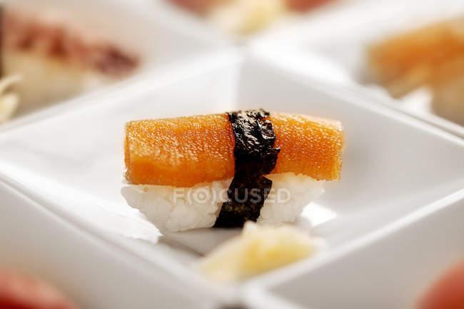 Вид на смачну японську кухню, суші в білому контейнері, вибірковий фокус — стокове фото