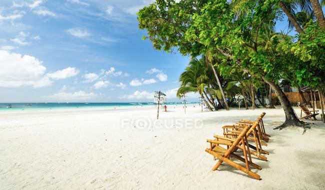 Sillas de playa en la arena en la hermosa playa de boracay - foto de stock