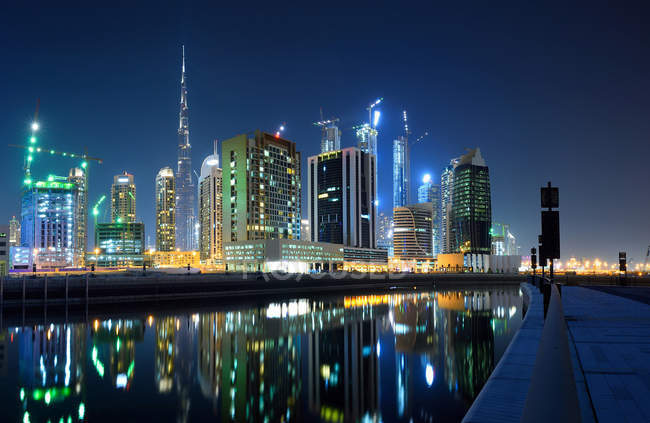 Dubai business bay panorama bei nacht, dubai, uae — Stockfoto