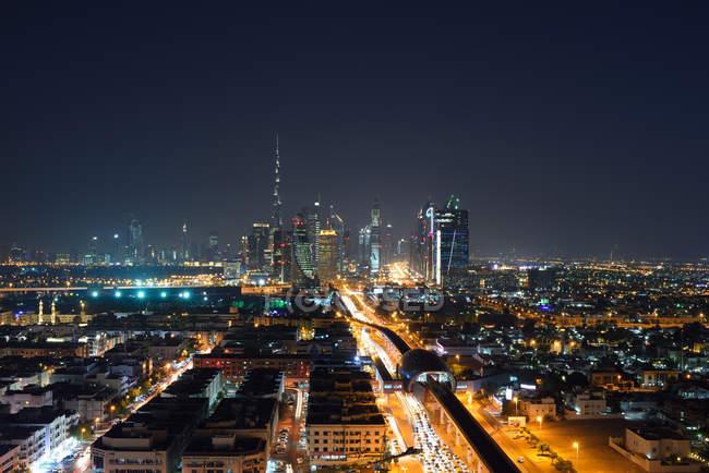 Vista aérea del horizonte urbano de Dubai por la noche. - foto de stock