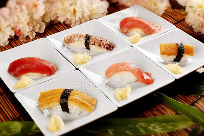 Вид на смачний суші на білій тарілці, японська кухня — стокове фото