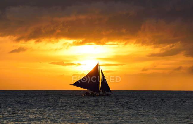 Удивительный вид на море с парусником на закате, Боракай, Филиппины — стоковое фото