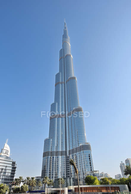 DUBAI, UNITED ARAB EMIRATES - Oct 7, 2016: Downtown Dubai with the Burj Khalifa tower, the tallest man-made structure in the world — Stockfoto