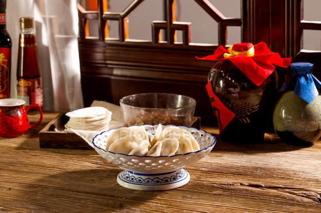 Крупним планом традиційні китайські пельмені в миску на столі — стокове фото