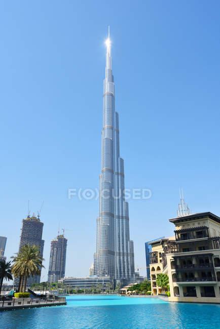 Dubai, Vereinigte Arabische Emirate - 07.10.2016: Innenstadt von Dubai mit dem Burj Khalifa Tower, dem höchsten von Menschengemachten hergestellten Bauwerk der Welt — Stockfoto