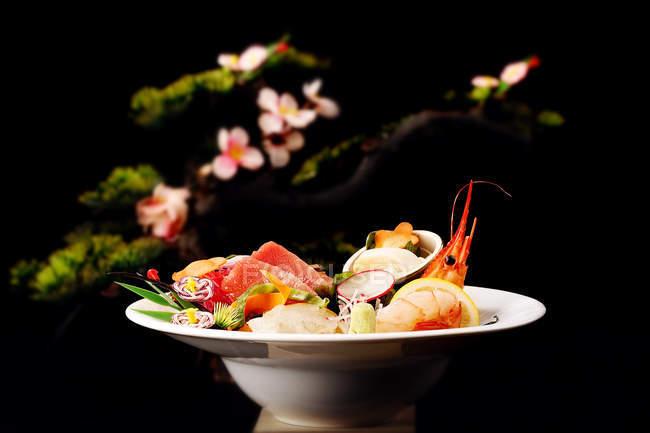 Nahaufnahme von köstlichen Gerichten der japanischen Küche mit Meeresfrüchten auf weißem Teller — Stockfoto