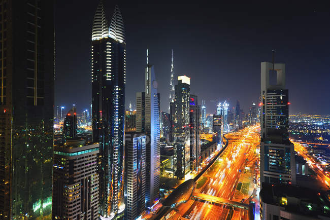 Elevated cityscape of Sheikh Zayed Road in Dubai at night — Photo de stock