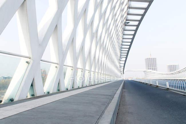 Vista ad angolo basso della moderna architettura del ponte bianco della strada di Pechino — Foto stock