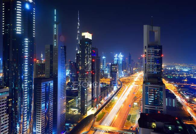 Paisaje urbano elevado de Sheikh Zayed Road en Dubái por la noche - foto de stock