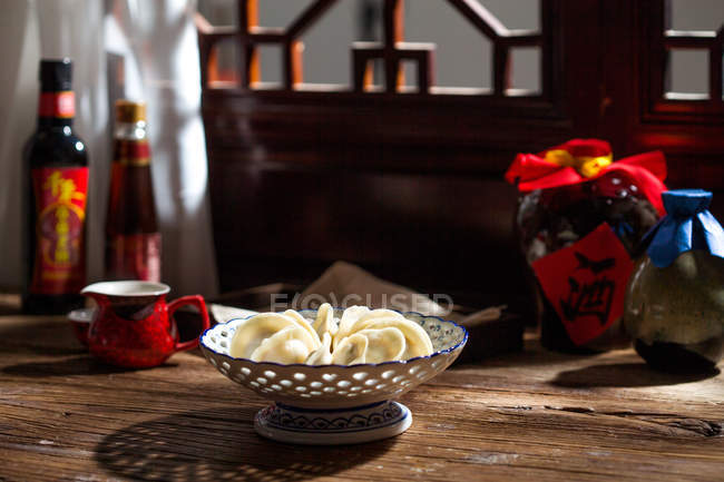 Close-up view of traditional chinese dumplings in bowl on table — Stock Photo