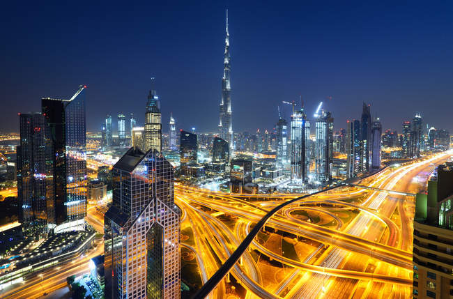 DUBAI, UNITED ARAB EMIRATES - Oct 7, 2016: The Burj Khalifa tower at night, United Arab Emirates — Stock Photo