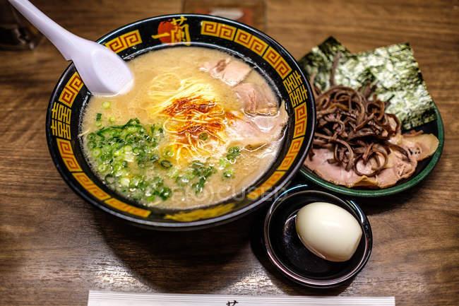 Nahaufnahme köstlicher japanischer Küche auf Holztisch — Stockfoto