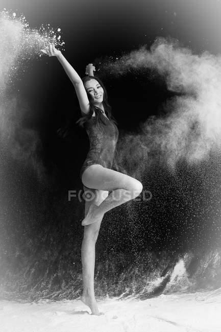 Bella giovane donna asiatico ballerino in movimento — Foto stock