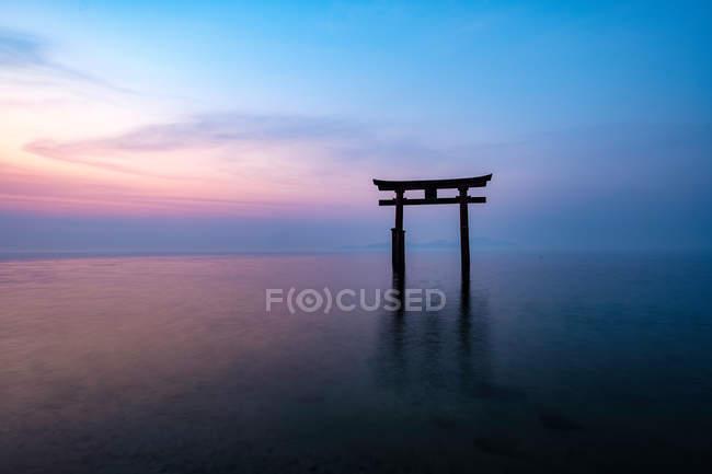 Torii im Biwa-See mit einem Schrein während des malerischen Sonnenaufgangs — Stockfoto