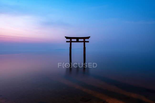 Torii im Biwa-See mit einem Schrein bei Sonnenaufgang — Stockfoto