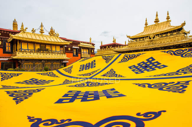 Tibet Lhasa, jokhang temple with beautiful traditional architecture — Stock Photo