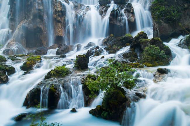 Increíble paisaje con cascada escénica, Jiuzhaigou, provincia de Sichuan, China - foto de stock