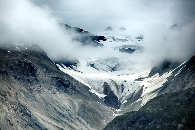 Amazing landscape with snow-covered mountains in Alaska — Photo de stock