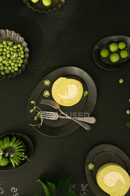 Blick von oben auf leckeres gesundes Frühstück auf schwarzem Tisch — Stockfoto