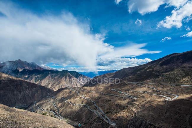 Vista aérea da estrada sinuosa e montanhas cénicas, Tibet Basu volta 72 paisagem da montanha — Fotografia de Stock