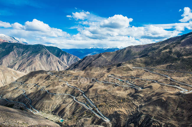 Aerial view of winding road and scenic mountains, Tibet BaSu turn 72 mountain scenery — Stock Photo