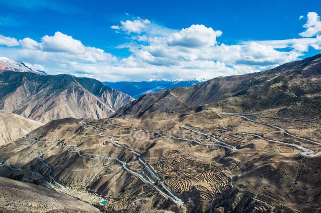 З висоти звивистих доріг і мальовничих гір, Тибет Бау свою чергу 72 гірські пейзажі — стокове фото