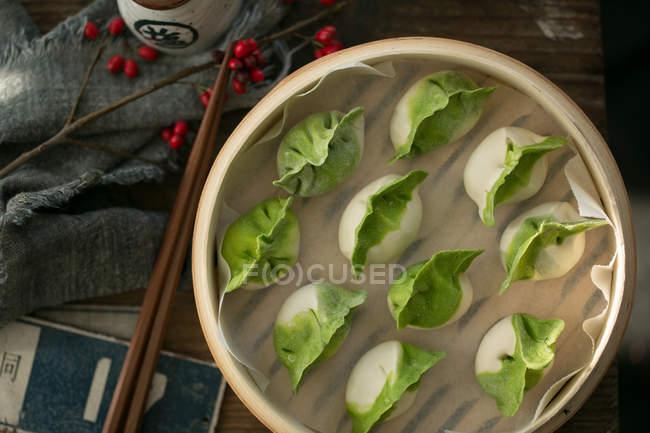 Vue du dessus de délicieuses boulettes traditionnelles chinoises dans un bol sur la table — Photo de stock