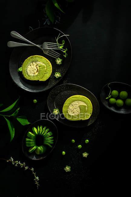 Blick von oben auf leckeres Frühstück mit Kuchen auf schwarzem Tisch — Stockfoto