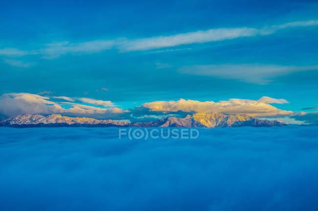 Increíble paisaje de montaña en el condado de Sichuan yaan Xing, China - foto de stock
