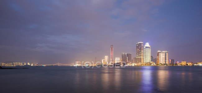Ciudad de Xiamen en la provincia de Fujian por la noche - foto de stock