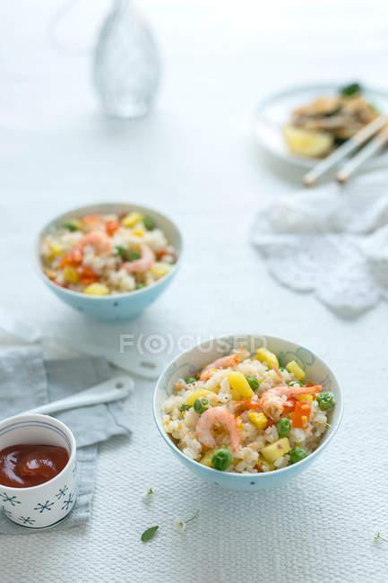 Nahaufnahme köstlicher gebratener Reis in Schüsseln — Stockfoto