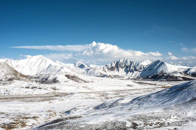 Amazing landscape with snow-covered mountains in Tibet — Stock Photo