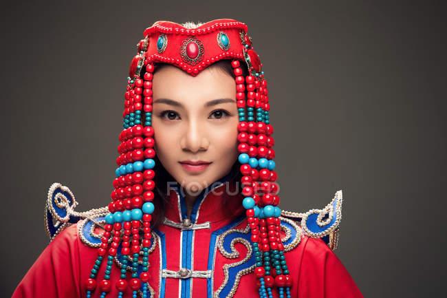 Красива дівчина в монгольському костюмі. — стокове фото