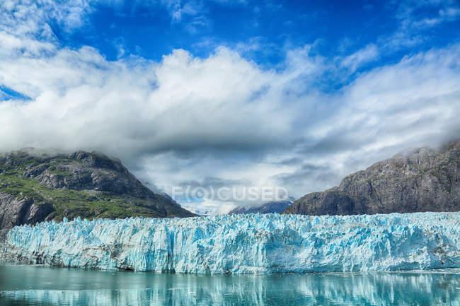 Amazing natural view of majestic iceberg in Alaska — Stock Photo