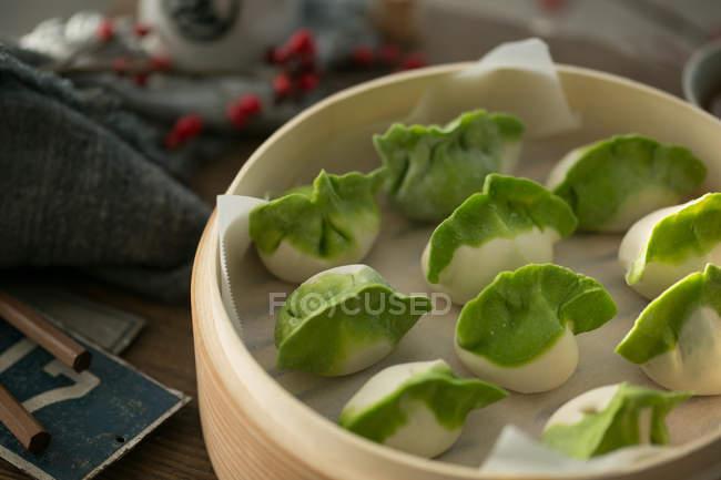 Nahaufnahme der köstlichen traditionellen chinesischen Knödel in Schüssel auf dem Tisch — Stockfoto