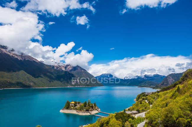 Дивовижний краєвид з спокійним блакитним озером і мальовничими горами в Тибеті — стокове фото