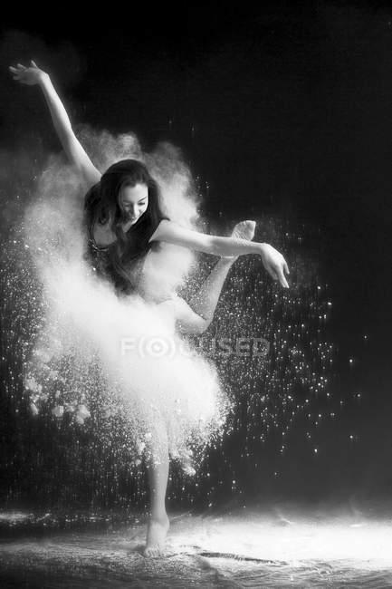Вродлива молода азійська балетна танцівниця — стокове фото