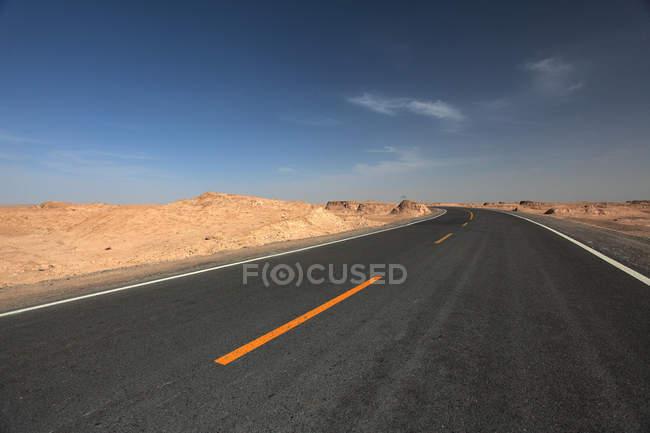 Порожні асфальтову дорогу і прекрасні скелі в пустелі Гобі, провінція Цінхай, Китай — стокове фото