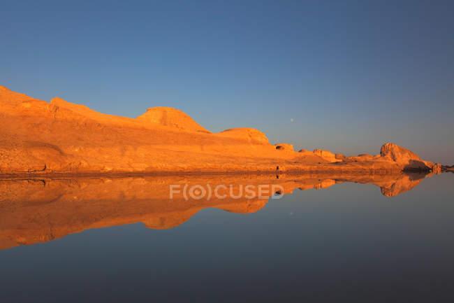 Красивий ландшафт з скельними утвореннями, відображене у воді в геологічному парку ядан, провінція Цінхай — стокове фото