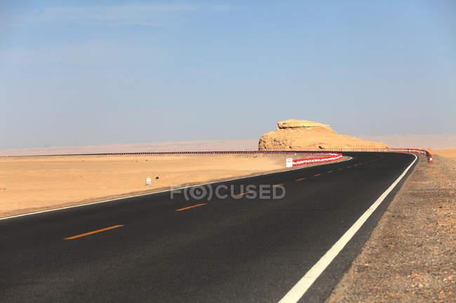 Empty asphalt road and beautiful rocks at gobi desert, Qinghai province, china — Photo de stock