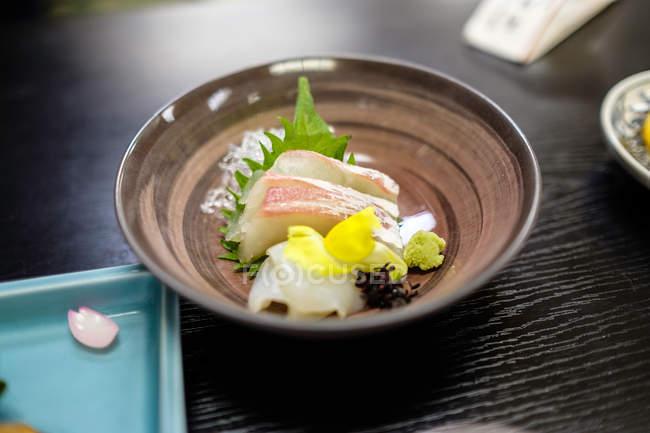 Nahaufnahme köstlicher Mahlzeiten auf braunem Teller, japanisches Kochkonzept — Stockfoto