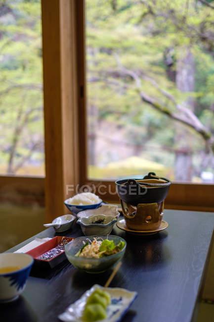 Set köstlicher japanischer Küche auf Holztisch — Stockfoto