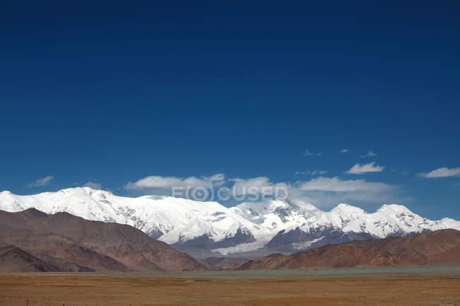 Дивовижний краєвид з засніжені гори, Синьцзян Каші, Тао пакріс Музтаг ATA пік — стокове фото