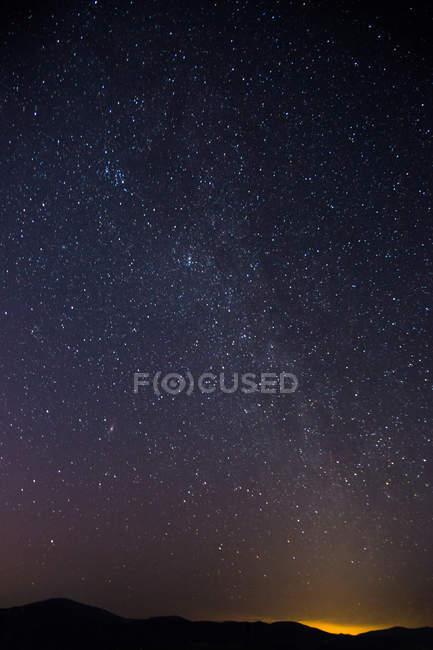 Incrível visão noturna com majestoso céu estrelado e colinas — Fotografia de Stock