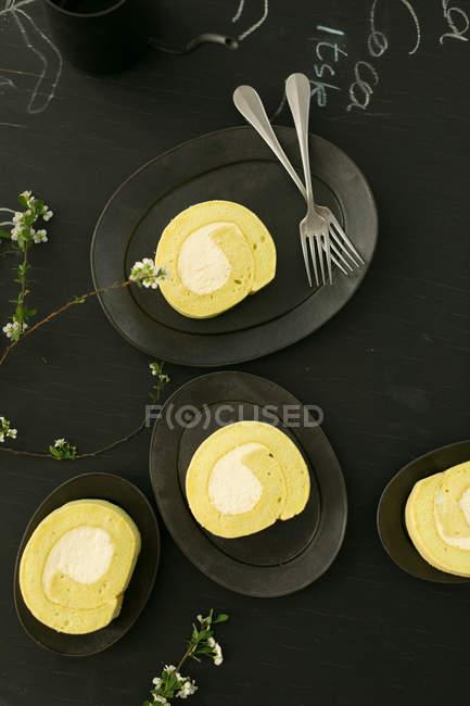 Blick von oben auf leckeres gesundes Frühstück und Blumen auf schwarzem Tisch — Stockfoto