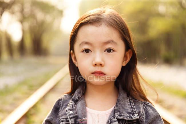 Retrato de adorável asiático criança olhando para câmera ao ar livre — Fotografia de Stock