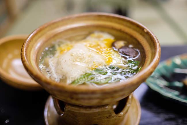 Вид на смачну японську кухню в чаші, селективний фокус — стокове фото