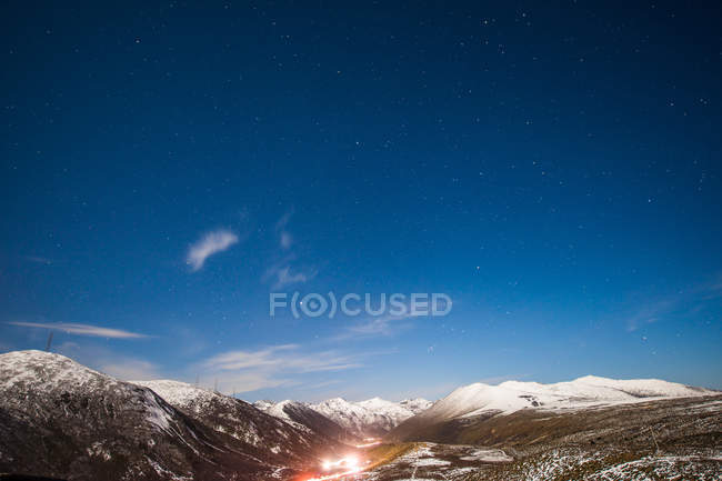 Amazing landscape with snow-covered mountains and clear blue sky, SheDuoShan, Sichuan province, China — стоковое фото