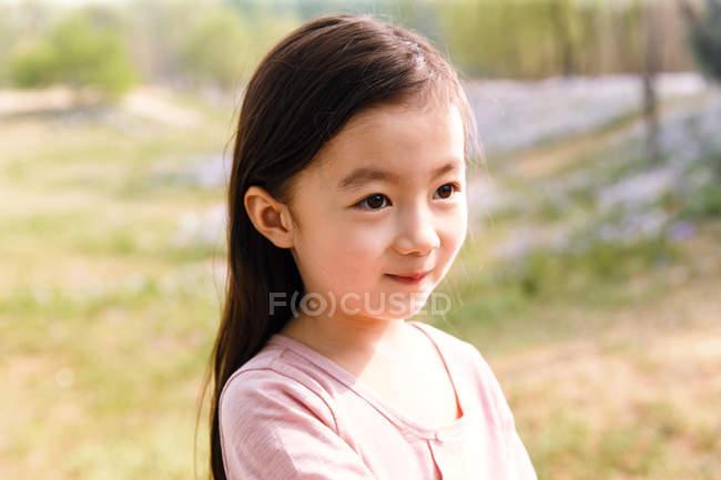 Retrato de adorável asiático criança olhando afastado ao ar livre — Fotografia de Stock